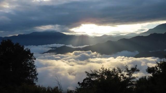 台灣林務局阿里山森林鐵路管理處導覽解說員蘇家弘說,日前他在小笠原山360度景觀台,觀賞到日出、雲海、雲瀑同時出現的大自然美景。(蘇家弘提供)