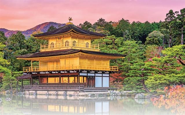 我和媽媽的旅行,金閣寺手牽手看楓葉,聽媽媽說三島由紀夫所寫的名著《金閣寺》的典故,心想媽媽多麼博學多聞。(123RF)