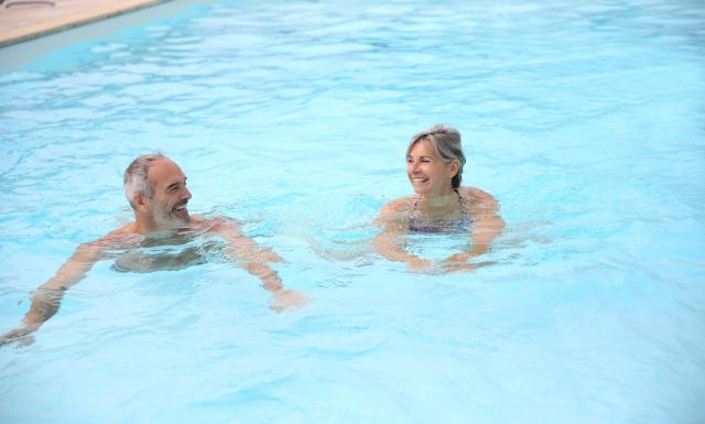 游泳,水裡頭的壓力小,可以減緩有膝關節或脊椎問題族群,所需承受的壓力。(123RF)
