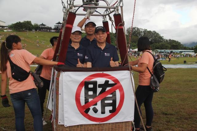 法務部在台東鹿野高台登熱氣球進行「登高一呼反賄啟航」宣導活動。(台東縣政府提供)