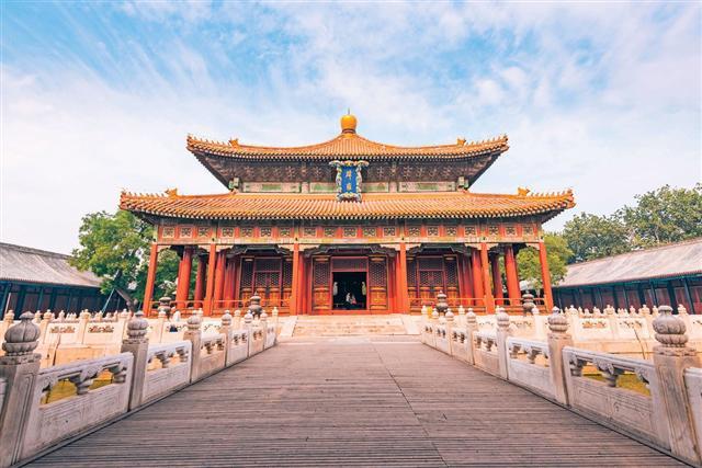 北京國子監,是元、明、清三代的最高學府、教育管理機構。圖為辟雍大殿。(shutterstock)