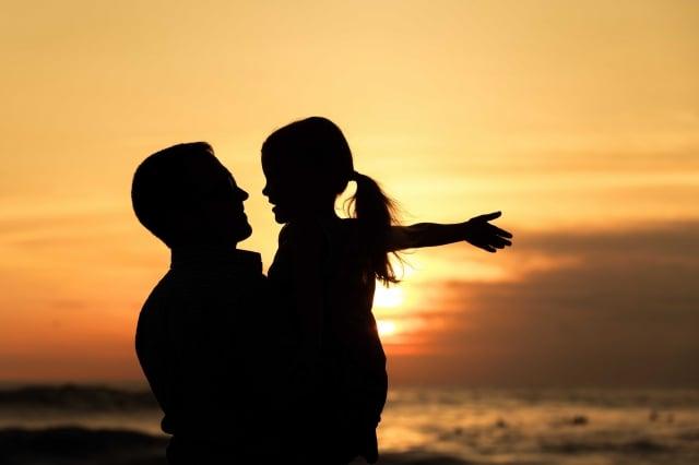 我說父親對母親是一種大善的行為。父親說:那是對一個生命的慈悲。(123RF)