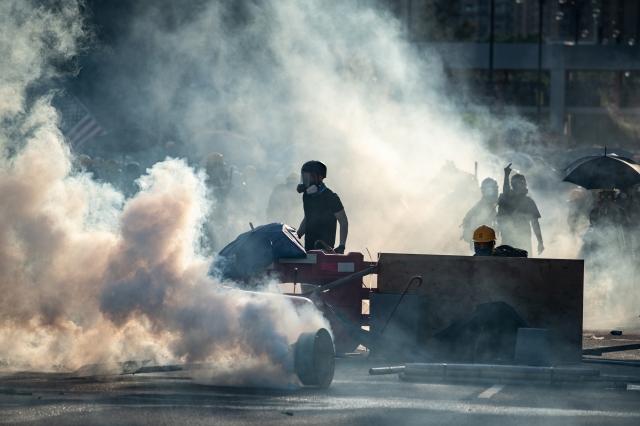 圖為8月5日香港警方在大埔警署附近的新興花園發射催淚彈。(Philip FONG / AFP)