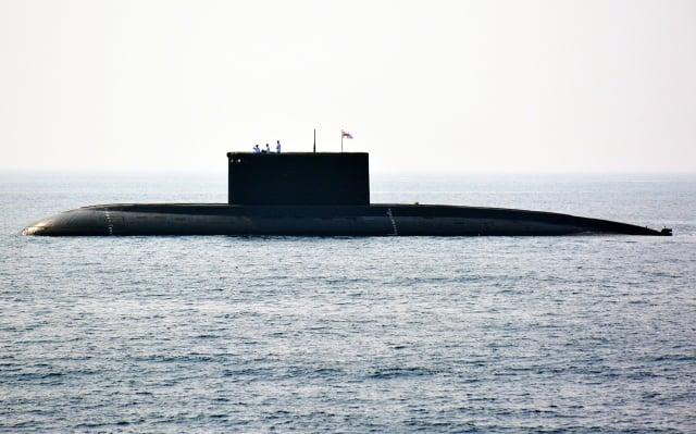 2016年2月6日,印度海軍一艘潛艇出現在維薩喀巴坦港外海。(AFP/Getty Images)