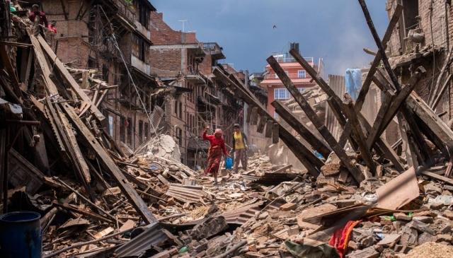 地震帶來恐懼與毀滅,而被稱為「奇蹟嬰兒」的倖存者索尼旭·阿瓦爾(Sonish Awal)卻帶來了希望,激勵了尼泊爾人。圖為2015年尼泊爾地震現場。(David Ramos/ Getty Images)