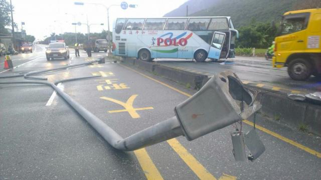 滿載新加坡籍遊客的遊覽車不慎,撞上路中間分隔島。(新城警分局提供)