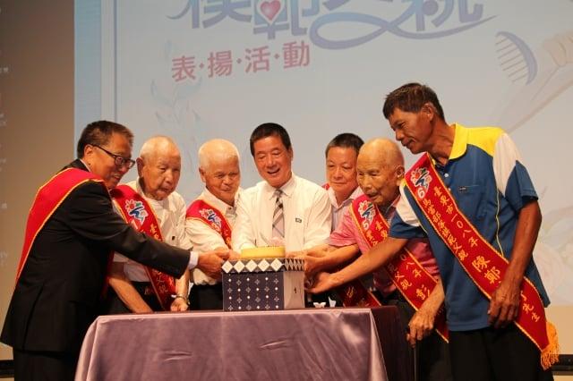 台東市長張國洲與模範父親代表一起切蛋糕慶祝父親節。(台東市公所提供)