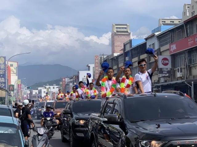 中華少棒榮獲世界冠軍,台東小將返鄉遊街接受各界祝賀。(台東縣政府提供)
