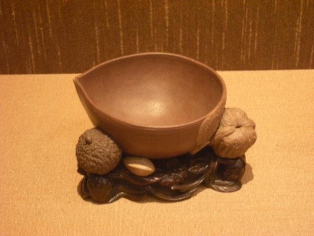 清代陳鳴遠款紫砂乾果洗,現藏於蘇州博物館。(維基百科)