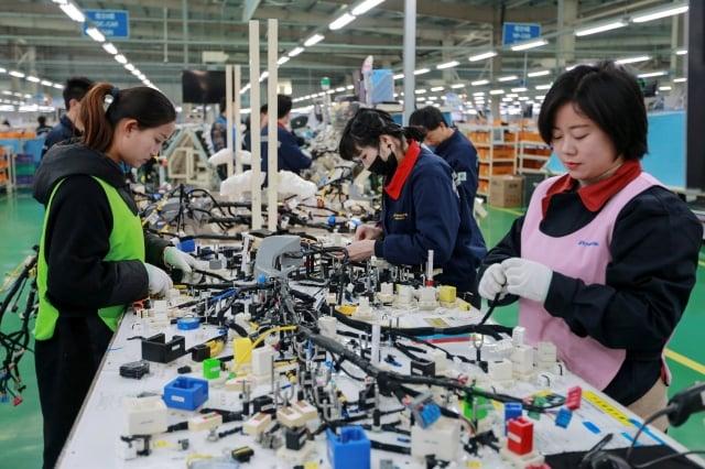 貿易戰不僅促使外企遷離中國,日媒報導稱,中企也在尋求搬出中國,避免關稅。圖為示意圖。(STR / AFP)