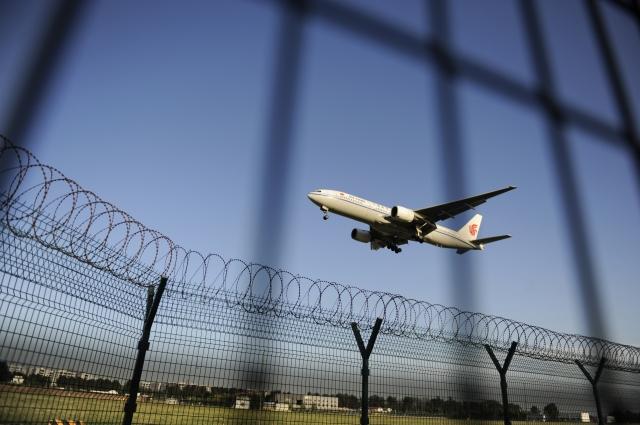 中共當局不僅將黨政人員的護照納入防逃體系,就是中共「維穩」的重點人員、重點區域的出入境證照均受到嚴控。圖為北京機場一景。(Getty Images)