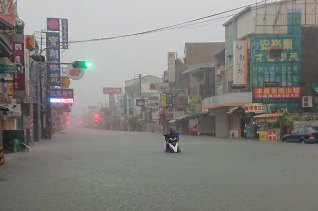 第10號颱風柯羅莎往北襲日,引進強西南風,預計週三(14日)中南部地區將再次出現強降雨。(中央社)