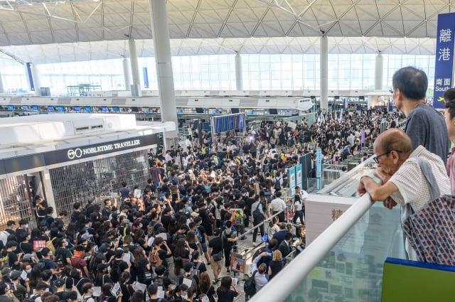 香港反送中運動已持續10週,美國總統川普週二(8月13日)表示,中共正在向香港邊境調動軍隊。(Philip FONG / AFP)