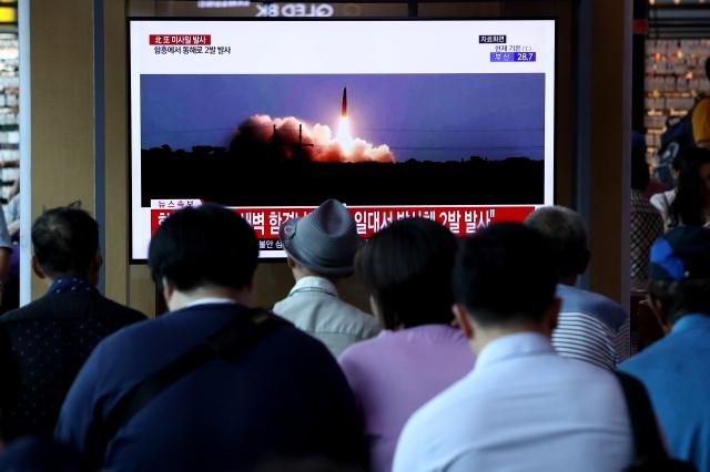 8月10日,韓國首爾民眾觀看北韓發射飛彈的新聞。(Getty Images)