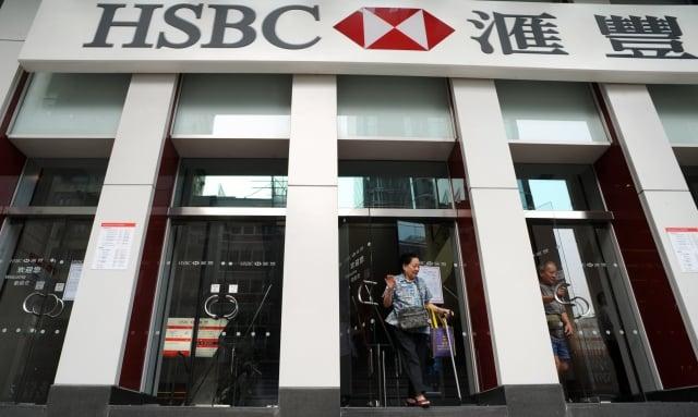香港網友發起「816銀行擠兌」活動,盼向香港金融體系施加壓力,令港府回應訴求,不過16日未如預期發生擠兌潮。(AFP)