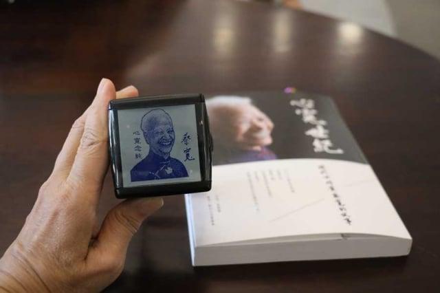 台中慈濟醫院院長簡守信體恤老人家,特製兼具肖像與簽名的印章,讓蔡寬輕鬆完成簽書會活動。