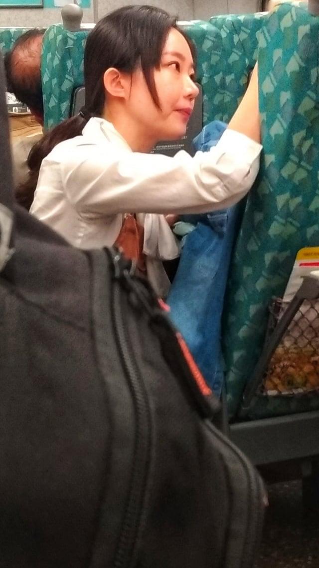 網友分享高鐵服務員蹲在地上安慰情緒不穩乘客的畫面,大讚高鐵服務員「人美心更美」。