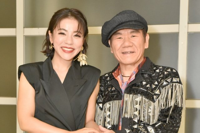 首次同台演唱,趙傳(右)與丁噹(左)兩人同飆成名代表作《我是一隻小小鳥》。(開麗娛樂提供)