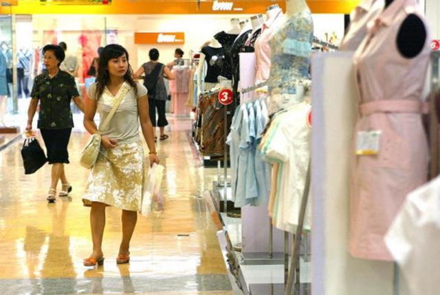 為了維持GDP,中共瞄準了百姓口袋中的錢,正「製造」各類消費熱點,讓中國人變本加厲去消費。(LIU JIN/AFP/Getty Images)
