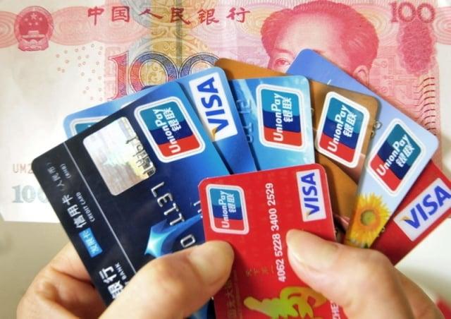 隨著人們使用信用卡透支消費的急劇增長,信用卡違約壞帳也快速增長。信用卡逾期半年未償信貸總額2019年第一季度為797.43億元。(Franko Lee/AFP/Getty Images)