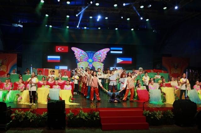 各國團隊帶來「蛻變」為主題的聯演,參演的國外舞者,最後拼出今年童玩節主視覺「蝴蝶」。(記者曾漢東/攝影)