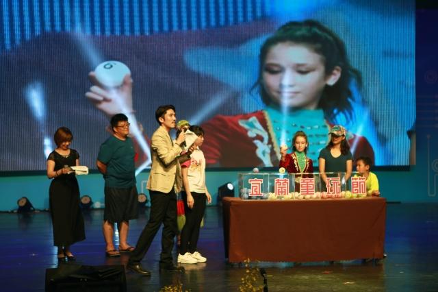 現場隨機挑選民眾及國外團隊成員共5位,公開抽出「童玩特別獎」。