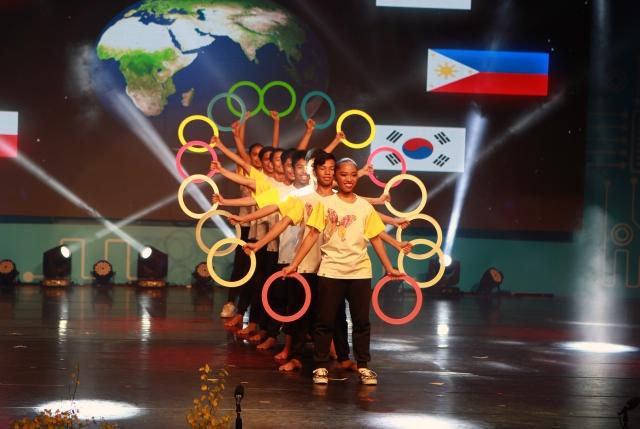 菲律賓帶來千手雜耍圈。