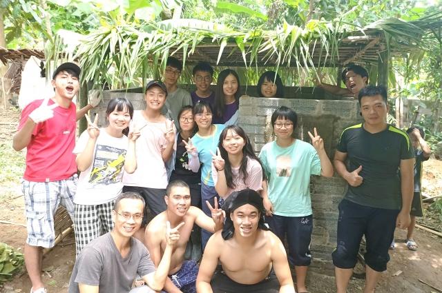 中大國際志工學習用棕櫚葉、竹片蓋傣式廁所,以行動創造改變!