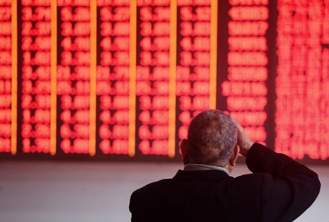 在中國經濟成長趨緩等原因的影響下,投資人從中國股市大量撤出資金。示意圖。(STR / AFP)