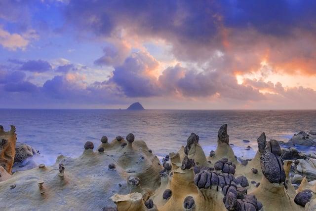 和平島阿拉寶灣的蕈狀岩。(交通部觀光局提供)