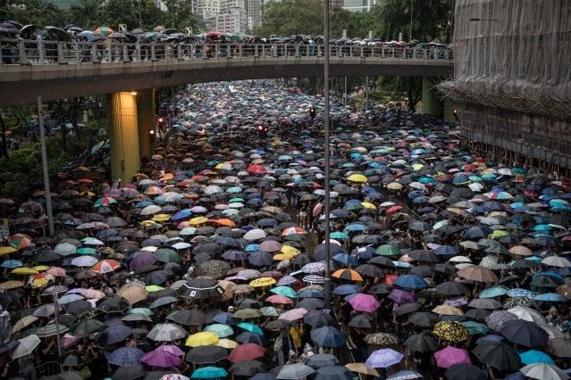習近平及中南海高層8月18日都看到當天港人集會的場面,次日北京緊急向在港各機構部門負責人傳達習的最新指示:誰惹的麻煩誰自己解決。 ( Chris McGrath/Getty Images)