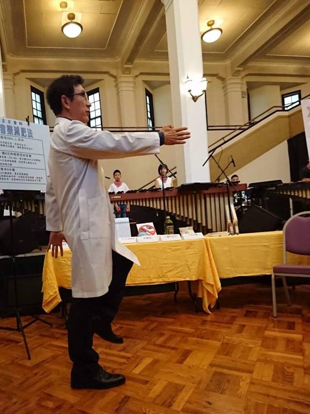 景升診所醫師邱正宏8月25日開記者會發表,「388音樂減肥法」,第三個8則是為飯後進行8分鐘的踏步運動。