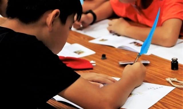 西方尚未發明出金屬筆尖的沾水筆、鋼筆和原子筆之前,鵝毛筆為主要的書寫工具。(翻攝/記者簡源良)