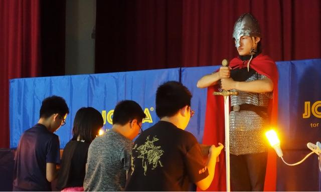 學童對著「亞瑟王」宣誓,爾後將嚴以律己,真善以待人,堅守騎士精神,也正式受封為騎士。(記者簡源良/攝影)