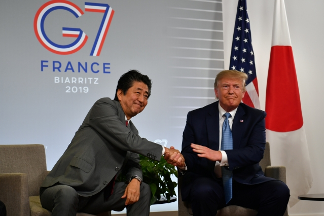 日本首相安倍晉三(左)和美國總統川普(右)25日在G7峰會期間舉行會晤。(Nicholas Kamm / AFP)