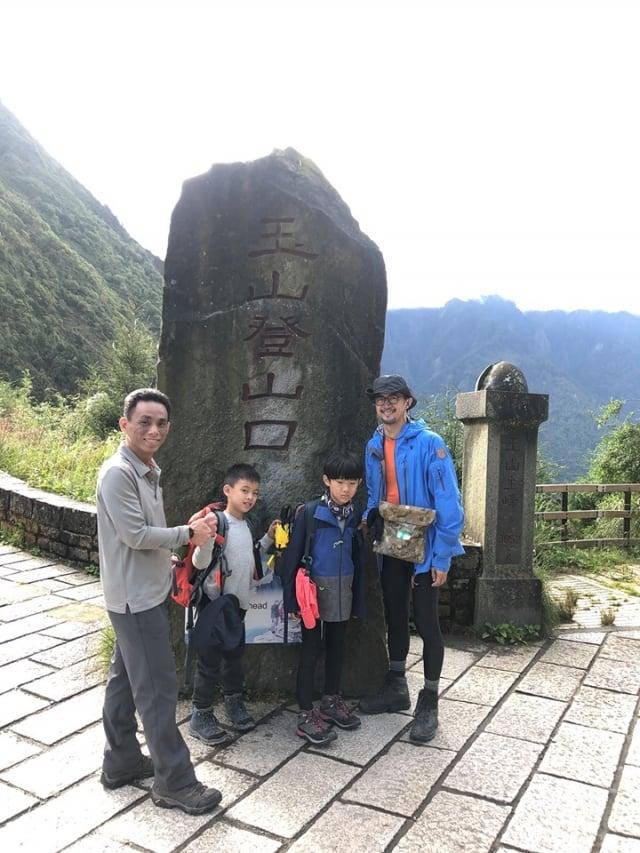 小綱(左二)在父親鄒品為(左一)、乾爸(右一)、乾弟弟(右二)陪同下,於玉山登山口合影。