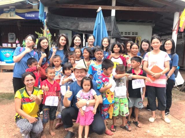 中原大學應華系學生在泰文老師張君松(前中)帶領下,至泰國東北村莊教居民華語文。(中原大學提供)