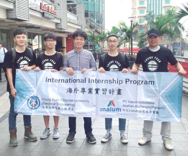 電機系李俊耀老師(中)帶領學生至印尼水力電廠進行為期一個月的實習。