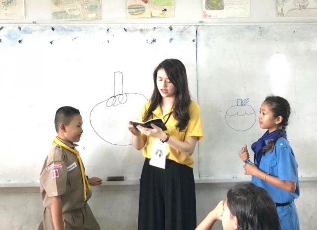 中原大學應華系學生魏以佳(中)將繪畫融入華語文教學,增加孩童學習興趣。