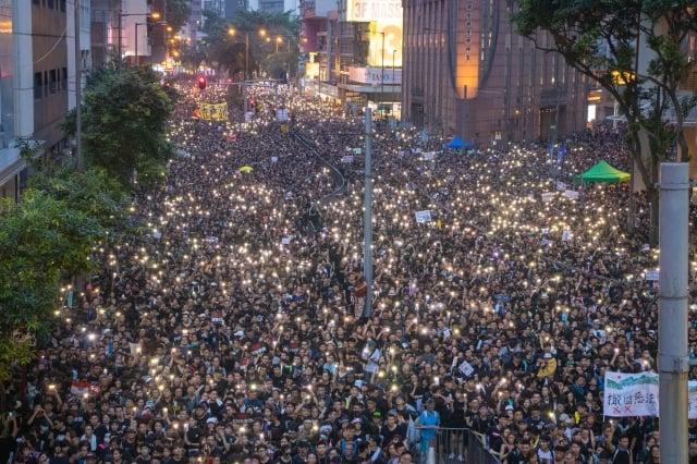 6月16日,香港200萬人參加「反送中」大遊行,他們堅持要求港府撤回修例等訴求。(記者蔡雯文/攝影)
