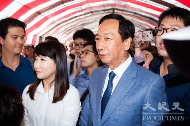 郭台銘幕僚蔡沁瑜(前左)表示,要等到9月17日才會確定郭台銘(前右)是否會參選。圖為資料照。(記者陳柏州/攝影)