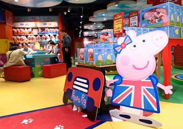 週二(8月27日),著名的玩具製造商孩之寶(Hasbro)執行長戈德納(Brian Goldner)表示,公司將業務從中國轉移出去,對公司有利。圖為孩之寶玩具。(WANG Zhao / AFP)