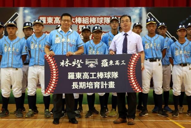 中保科技集團副總裁林明昇(左)與羅東高工校長廖俊仁。(記者曾漢東/攝影)