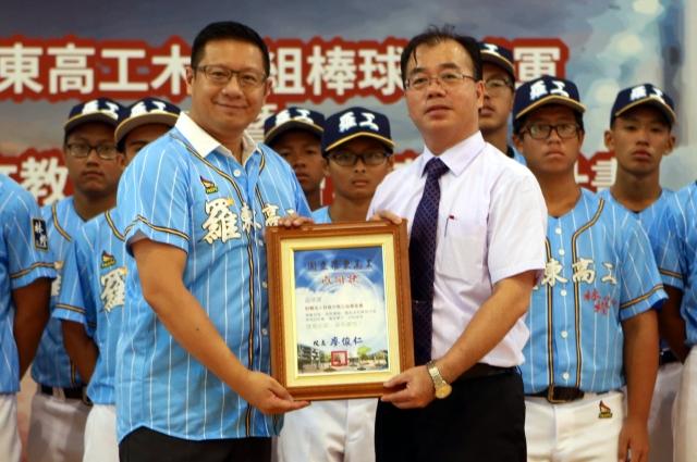 羅東高工校長廖俊仁(右)致贈感謝狀給中保科技集團副總裁林明昇(左)。