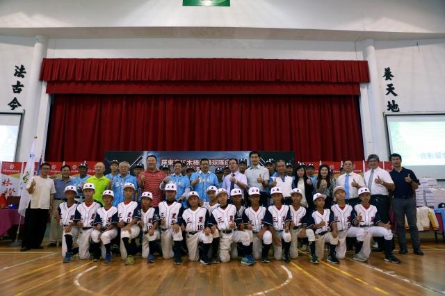 林燈基金會和羅東高工一起舉辦「木棒組棒球隊成軍典禮暨培育贊助計畫」全體來賓及球員合照。