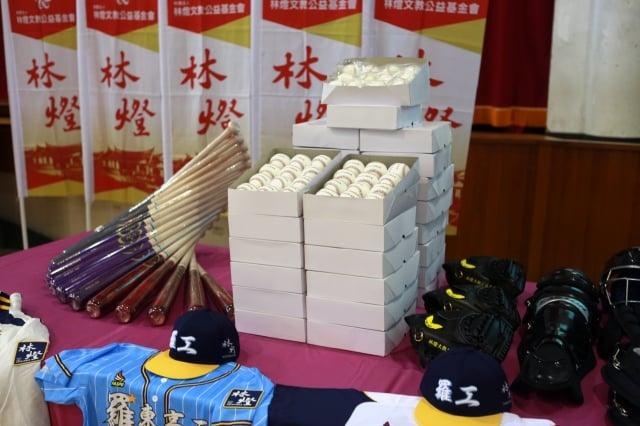 現場展示棒球球具設備。
