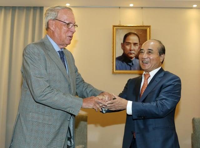前美國在台協會(AIT)主席薄瑞光(左)29日拜會前立法院長王金平(右),薄瑞光表示,只是利用休息的時間來看老朋友,跟台灣的情況沒有什麼關係。(中央社)