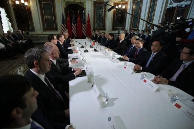 川普總統8月29日接受媒體採訪表示,中美29日會進行不同級別的貿易會談。圖為美中今年2月21日在華盛頓DC進行面對面貿易談判。(Alex Wong / Getty Images)