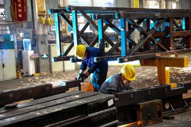 因美中貿易戰對中國的出口壓力加大,加上中國國內需求依然低迷,中國8月工廠活動連續第四個月萎縮,全球第二大經濟體在進一步放緩經濟增長。(STR / AFP)