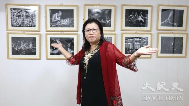 施美鈴擔任中華民國兒童珠算協會會長,開心在得獎作品前留影。